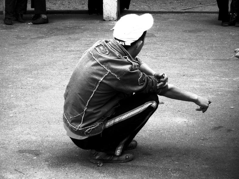 Фото девушка на корточках в чулках 29 фотография